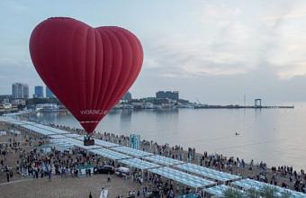На фестивале «А.морефест» в небе над Анапой заключили брак