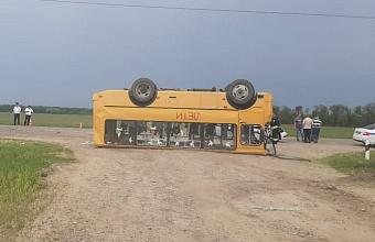 На Кубани после ДТП опрокинулся школьный автобус, есть пострадавшие