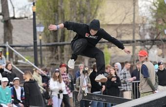 В Краснодаре по ул. Красноармейской проходят выступления скейтбордистов