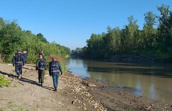 В Апшеронском районе продолжаются поиски упавших в реку детей