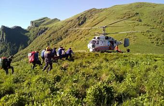 Спасатели эвакуировали с подножья горы Большой Тхач пострадавшего туриста