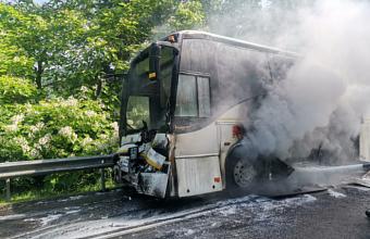 Два автобуса столкнулись на трассе Джубга-Сочи, один из них загорелся