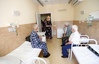 Вице-губернатор Анна Минькова посетила пациентов краевого госпиталя для ветеранов войн