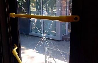 В Краснодаре пассажир троллейбуса камнем разбил стекло