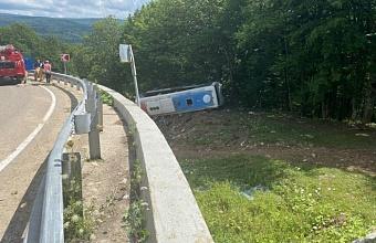 На водителя перевернувшегося автобуса на Кубани завели уголовное дело