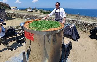Кубанский повар приготовил более 1 тыс. литров борща и попал в Книгу рекордов России