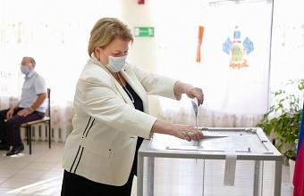 Председатель Общественной палаты Кубани Любовь Попова проголосовала в Краснодаре