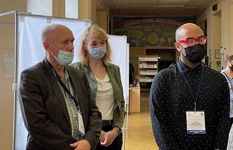Международные эксперты посетили избирательный участок в школе Краснодара