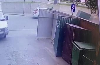 В Геленджике ветром сорвало часть металлических ворот и отбросило на ребенка