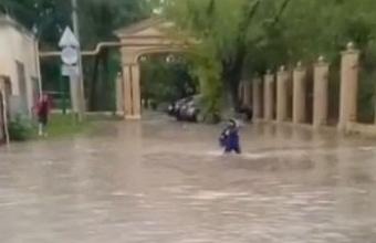 В Новороссийске из-за дождей подтопило территорию у школы №3