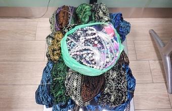 В Краснодаре гражданин Узбекистана пытался незаконно провезти почти 14 кг тюбетеек и четок