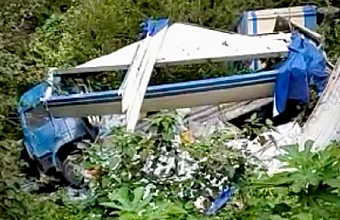 В Сочи в обрыв упал большегруз, водитель погиб