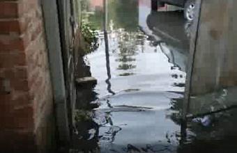 В Краснодаре из-за дождей подтопило дома и дорогу на ул. Гудимы