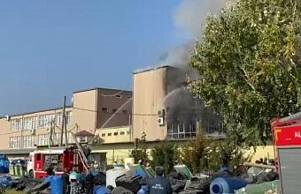 Крупный пожар на площади 1500 кв. м. произошел в Краснодаре на ул. Уральской